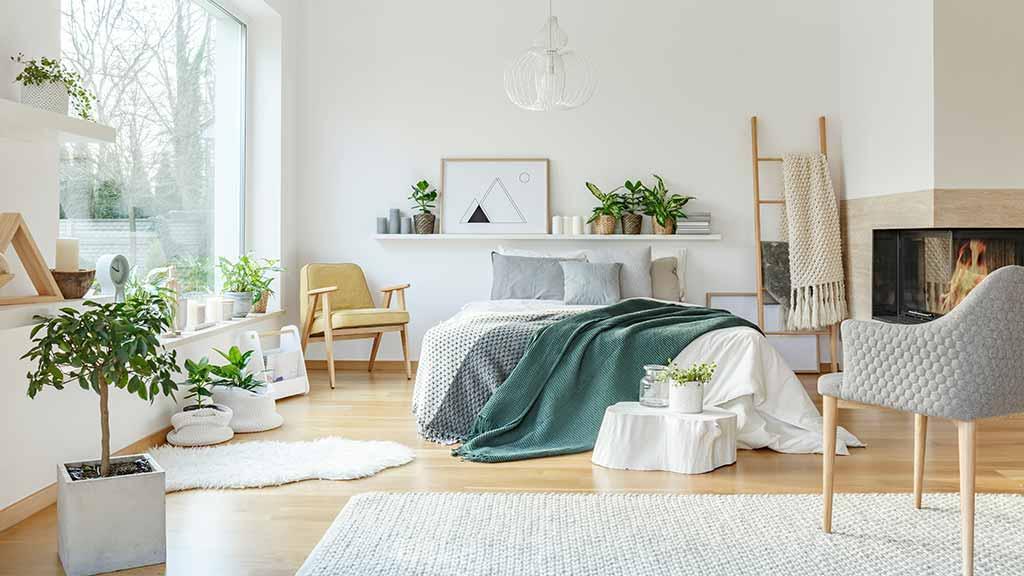 Căn phòng ngủ này được bó trí thêm nhiều cây xanh mang tới cái nhìn tươi mát hơn rất nhiều, không gian như được thanh lọc một cách trong lành