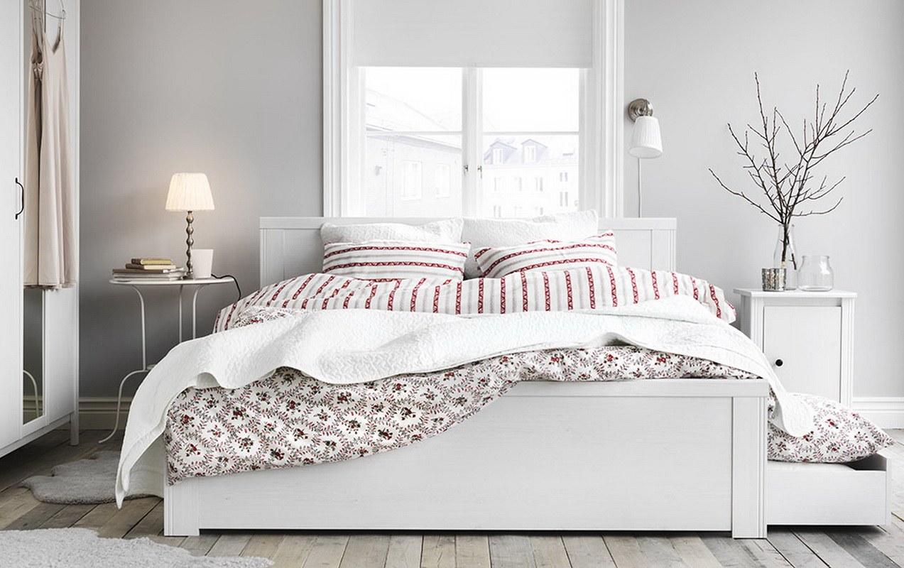Căn phòng ngủ với tông màu trắng làm chủ đạo, điểm nhấn chính là bộ chăn ga gối đệm họa tiết bắt mắt