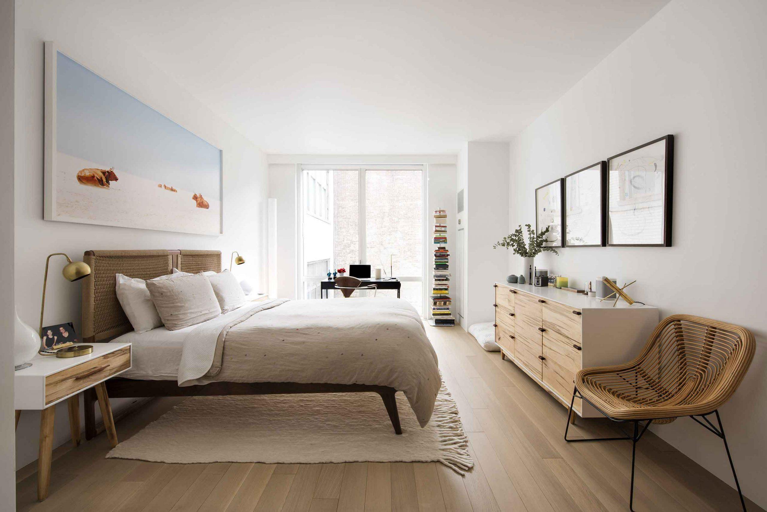 Căn phòng này luôn được đảm bảo đầy đủ ánh sáng nhờ có hệ thống cửa rộng, mang ánh sáng và năng lượng vào phòng trong mọi thời điểm
