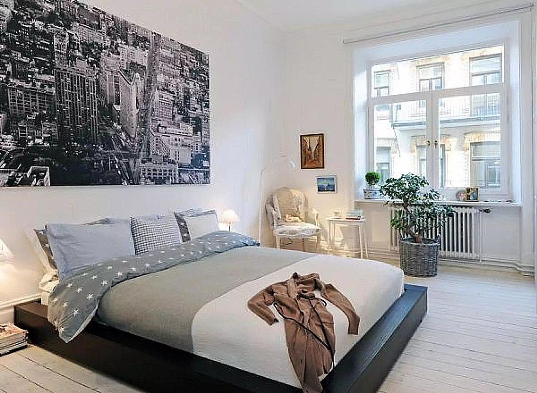 Căn phòng này mang đến sự ấn tượng nhờ bức tranh thành phố được in đen trắng cực to được treo phía đầu giường.
